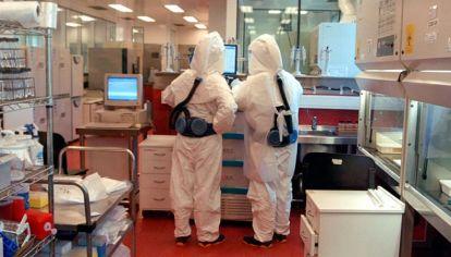 Trabajadores de riesgo en el Instituto Malbrán.