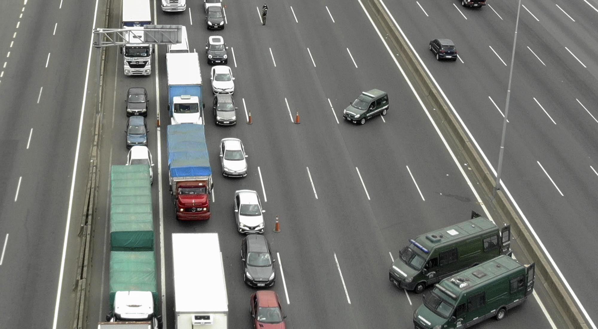 El control de acceso a la ciudad por medio de las autopistas.