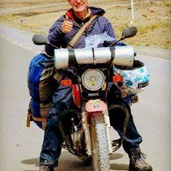 Paul Shepherd, de 58 años, se desplaza en una moto Yamaha y ahora debe cumplir con la cuarentena en Trelew.