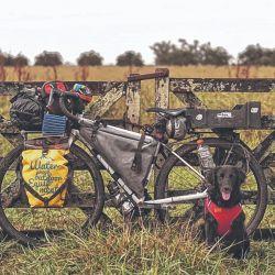 Ona, la perrita neuquina que recorrió en bicicleta con sus dueños más de 10.000 kilómetros.