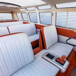 Está equipado con el clásico volante y un panel de instrumentos de diseño retro
