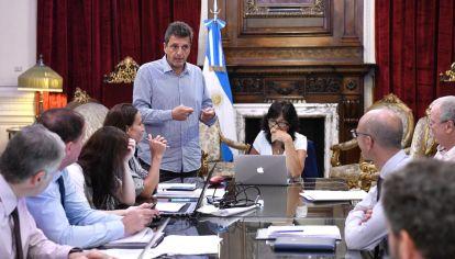 Massa, asesores y equipo trabajando para darle forma a los proyectos en materia de ayuda económica.