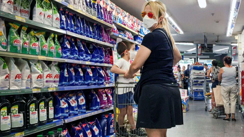 En los supermercados es usual ver clientes con barbijos
