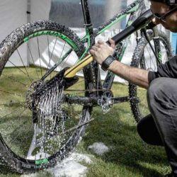 Limpiar con agua es clave para remover todo rastro de suciedad.