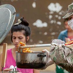 Militares reparten comida en Quilmes. | Foto:Juan Ferrari