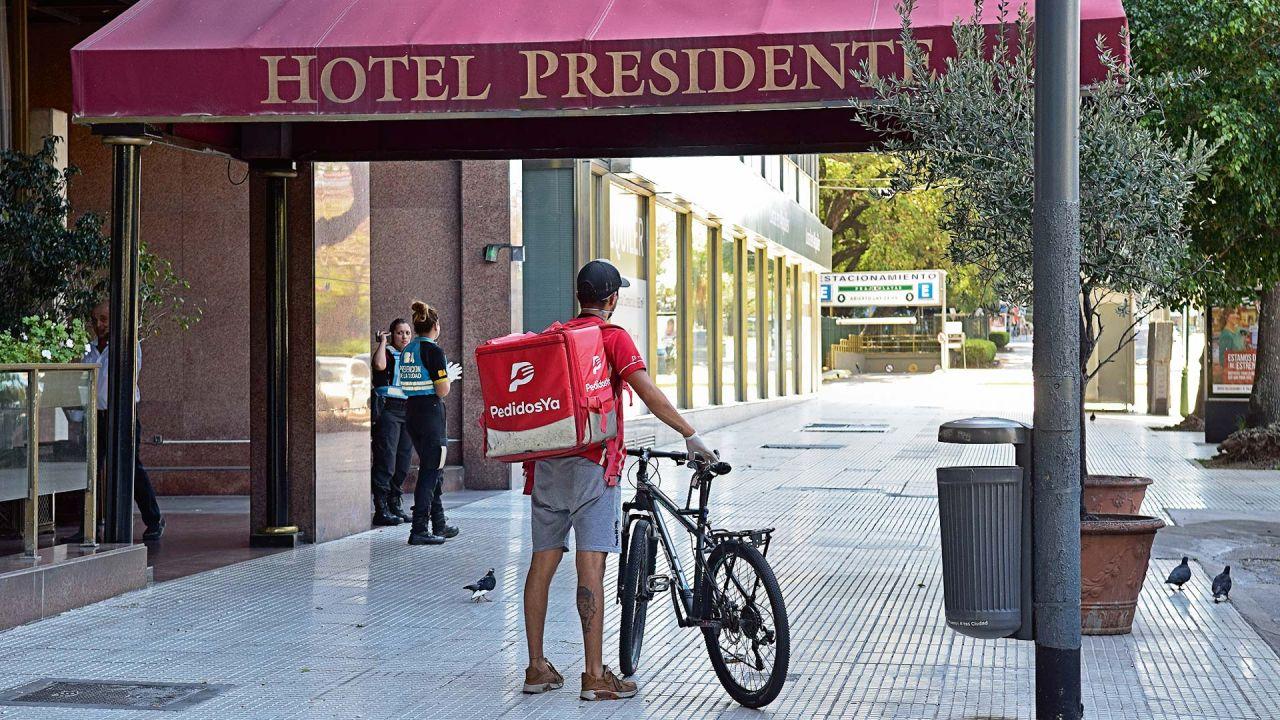 Un repartidor de delivery trabajando en plena cuarentena. | Foto:Marcelo Escayola
