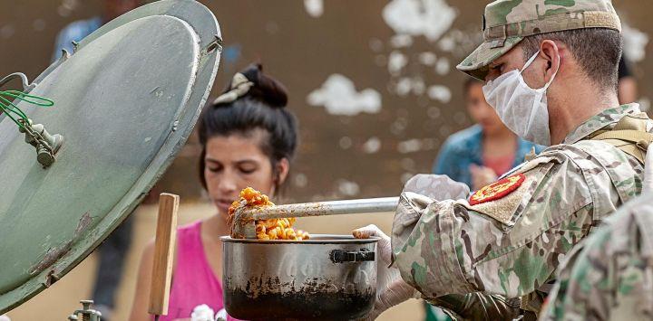 Militares reparten comida en Quilmes.