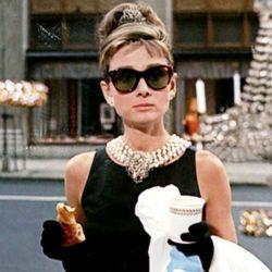 Audrey Hepburn, encarnando a Holly Golightly en Desayuno en Tiffanys, visitaba al gángster Sally Tomato en Sing Sing.