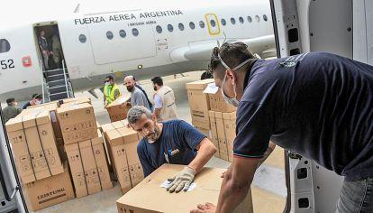 Preparativos. Un avión de la Fuerza Aérea partió ayer de Aeroparque con respiradores a provincias del norte, entre ellas Chaco.
