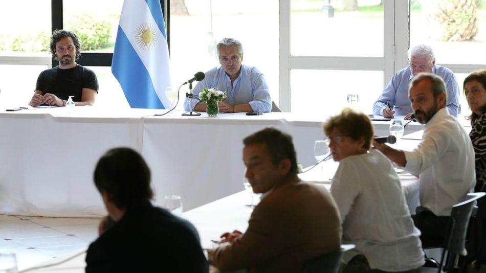 El presidente Alberto Fernández, encabezando la reunión de este mediodía en Olivos.