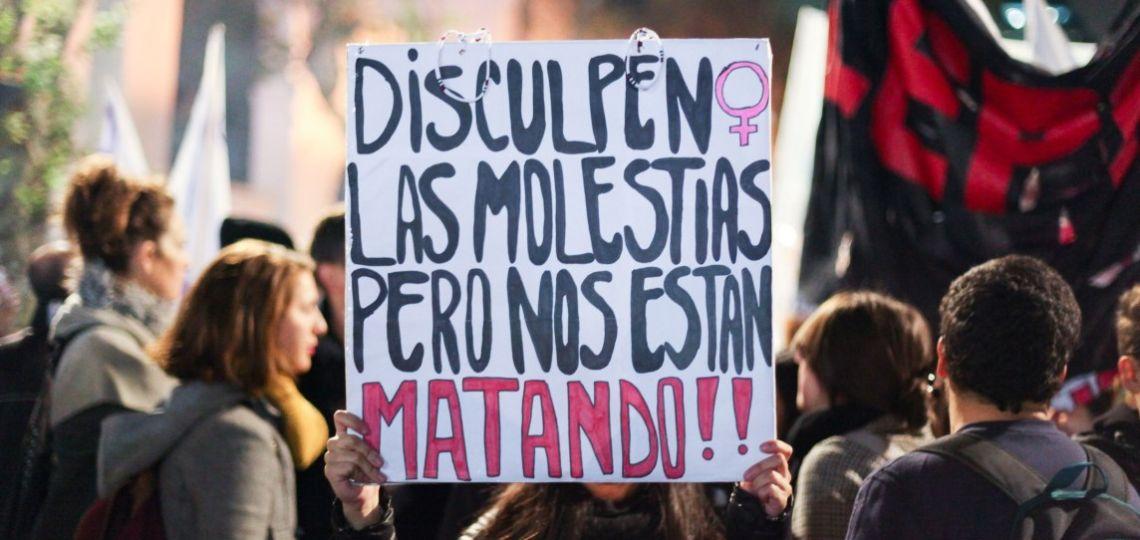 Barbijo rojo contra la violencia de género durante la cuarentena