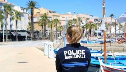 """Una policía vigila el cumplimiento de la cuarentena """"más que forzosa""""."""