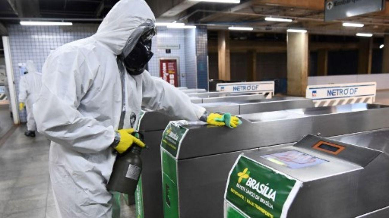 En Brasil desinfectan diferentes espacios para intentar frenar la pandemia de COVID-19.