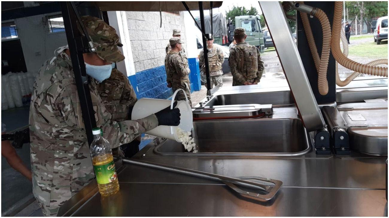 El Ejército Argentino distribuye alimentos para los más vulnerables en La Matanza.
