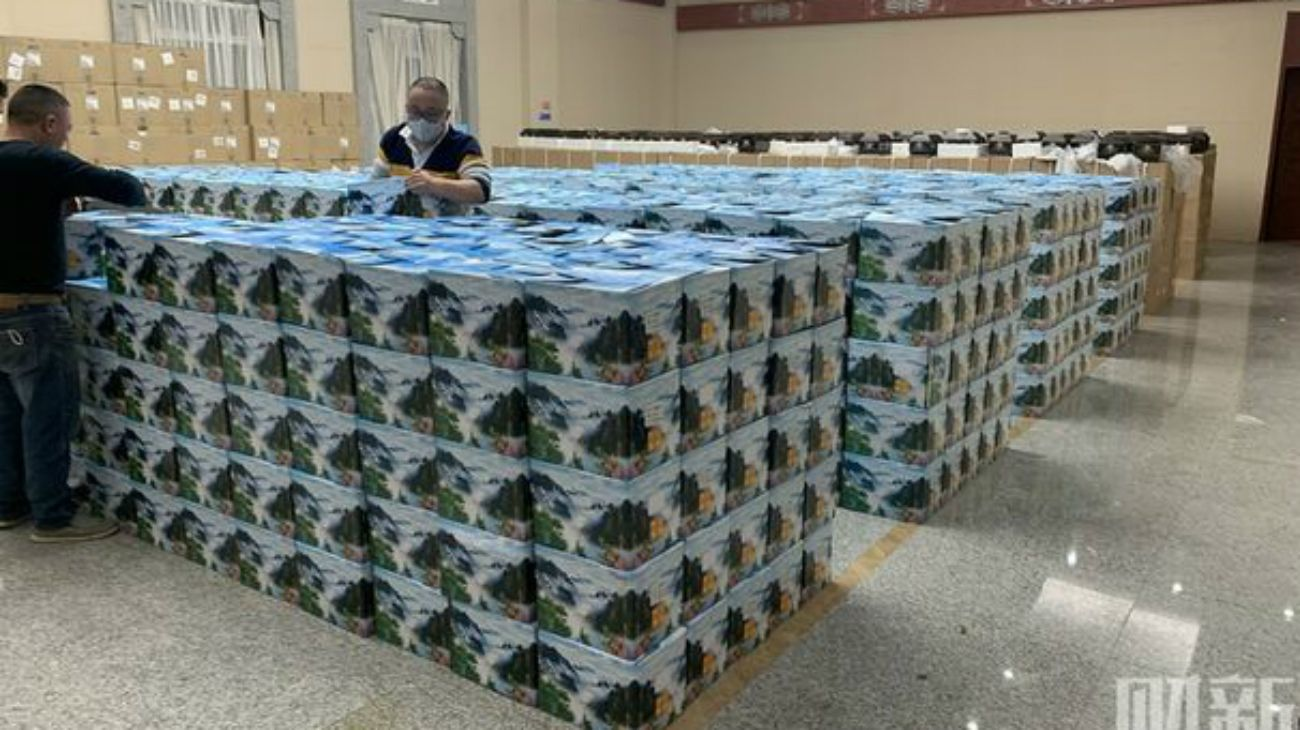 Las fotos aparecen en la web china Caixin, que explica que ese camión transportaba 2.500 urnas y que su conductor había llevado la misma cantidad el día anterior.