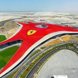 En la isla artificial de Yas se encuentra Ferrari World Abu Dhabi, un parque temático donde que incluye Formula Rossa, la montaña rusa más rápida del mundo.