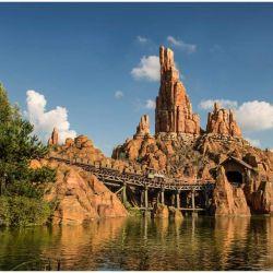 Es una de las atracciones más emblemáticas de los diferentes parques Disney tanto por su tematización es la Big Thunder Mountain.