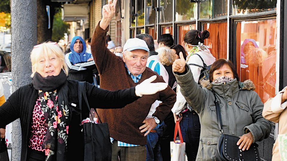 FILAS. La gente empezó a formar a la medianoche en zonas del Conurbano. Hubo tumultos y enojo de los clientes, en su mayoría adultos mayores que forman el grupo de riesgo frente al Covid-19.