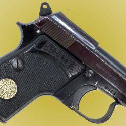 Los primeros Modelos de Beretta 950, venían con medallones de plata con el logo de la firma italiana en sus cachas. Posteriormente, sólo fue estampado en el plástico.