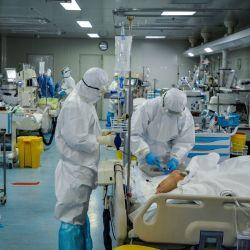 El staff médico chino tratando a pacientes infectados con COVID-19 en el hospital de Wuhan en China.
