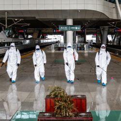 Un equipo especial desinfecta la estación de tren de Wuhan en China.