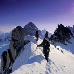El montañismo es básicamente un deporte que consiste en el ascenso y descenso de montañas.