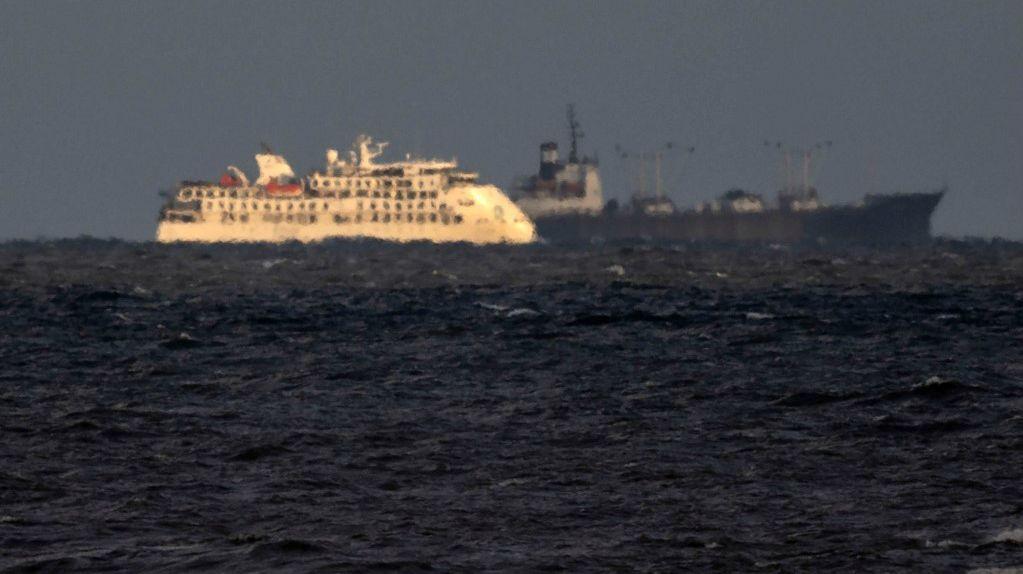 La mayoría de los pasajeros a bordo son australianos, ingleses y neozelandeses y quedaron embarcados mar adentro luego de que el MSP y la Cancillería les negaran el permiso para desembarcar.