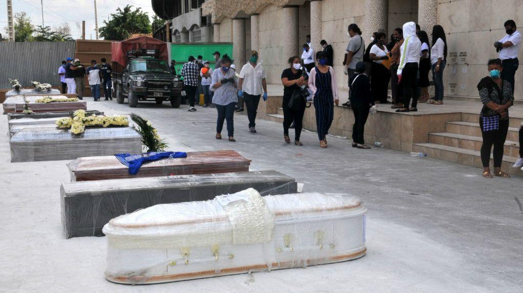 La pandemia, que ya mató a más de 73.000 personas en el mundo, desbordó muy pronto al sistema de salud en Guayaquil (Ecuador)