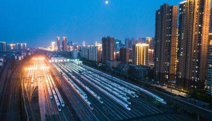 Miles de pasajeros abandonan Wuhan tras el fin del confinamiento por la pandemia.