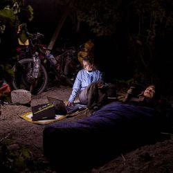 Una noche nos permitieron acampar debajo de una parra y decidimos no armar la carpa para poder disfrutarlo plenamente.