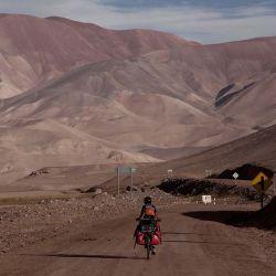 En La Guardia el camino se divide en dos, y al tomar a la derecha hacia el paso a Pircas Negras, se vuelve más estrecho internándose plenamente en la montaña.