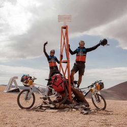Para llegar al hito tuvimos que bajarnos de las bicis para que los fuertes vientos no nos tires de ellas.