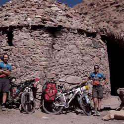 Los antiguos refugios del lado argentino son una gran tranquilidad para encontrar reparo de los fuertes vientos.