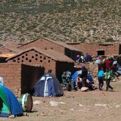 Precarias casitas alojan a algunos peregrinos que duermen en el sueño en pieles de oveja.
