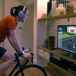 Zwift es una herramienta de entrenamiento de ciclismo en casa que permite a los ciclistas pedalear por rutas virtuales arriba de la bici.