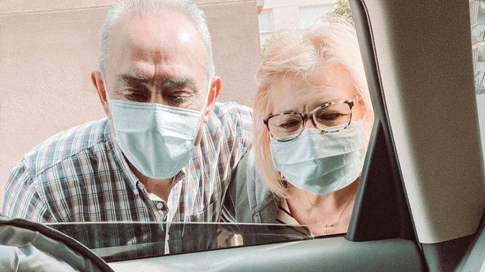 Los abuelos que conocieron a su nieta a través de un vidrio