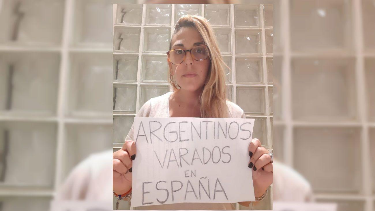 """Luli, una de las personas que no pueden regresar de Barcelona. Reclaman no pagar el """"impuesto país""""."""