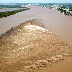 En Puerto San Martín emergió un enorme médano de arena en medio del lecho el río Paraná.