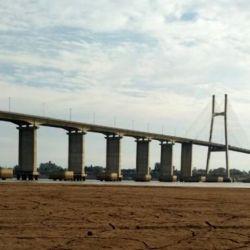 Dentro de la crítica situación del río Paraná, no son pocos los que miran con recelo al vecino Brasil.