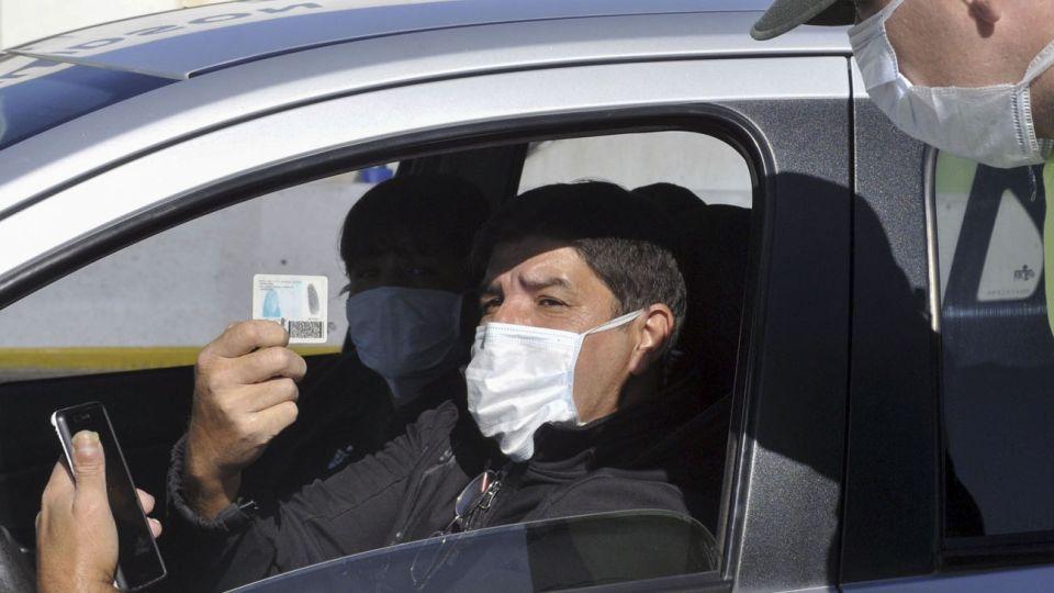Vehículos que circulan mostrando su permiso emitido.