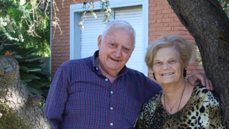 Dos abuelos se visten de gala y bailan en la terraza para hacerle frente a la cuarentena