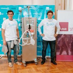 El equipo argentino que desarrolló el respirador ante el prototipo que, cuando tenga el ok de ANMAT, será producido en escala.
