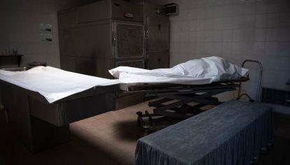 Un ataúd fuera de la morgue del Hospital Saint-luc en Bruselas, Bélgica.