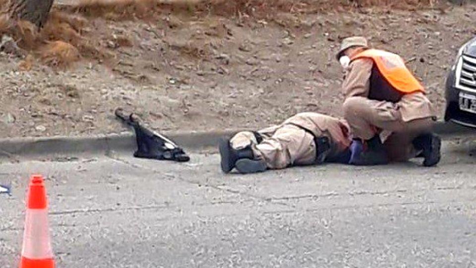 La dramática foto del efectivo de Prefectura en el piso, luego de ser baleado por un joven que luego fue abatido.