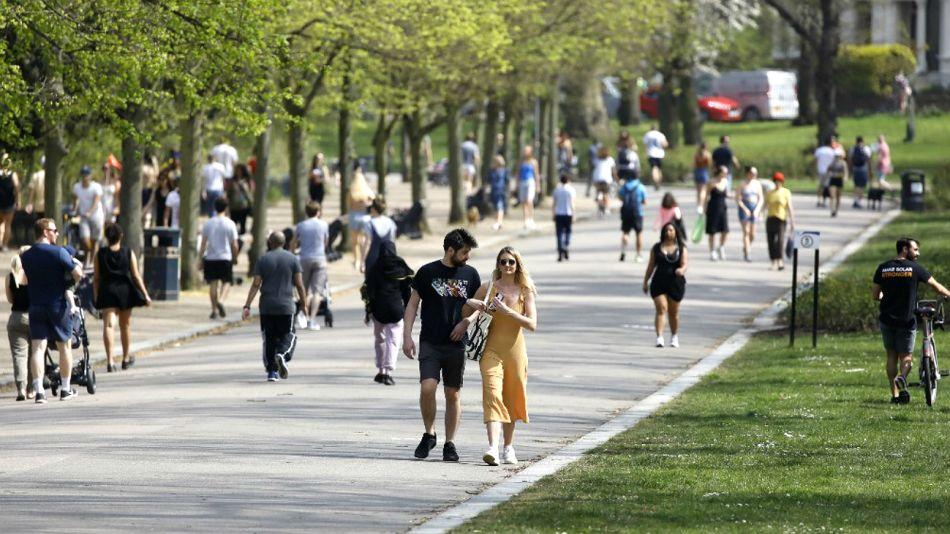 Una vista del este sábado del Victoria Park, al este de Londres, con miles de personas sin barbijos ni medidas de protección.