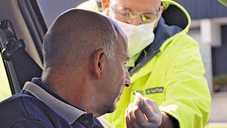 Controles. Operativo sorpresa ayer en La Plata para realizar testeos olfativos y detectar casos.
