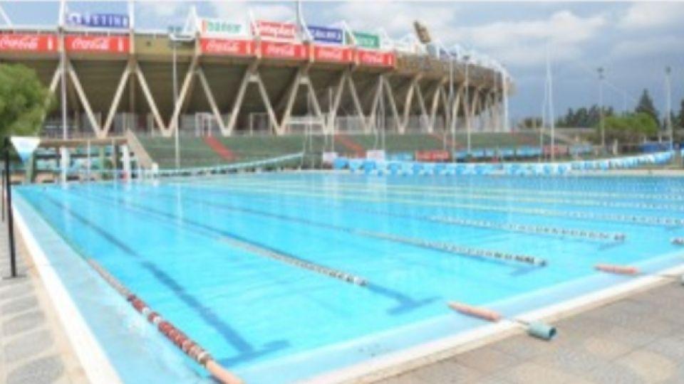 PISCINAS VACIAS. Una postal habitual de estos tiempos. Los atletas extrañan estar en el agua.