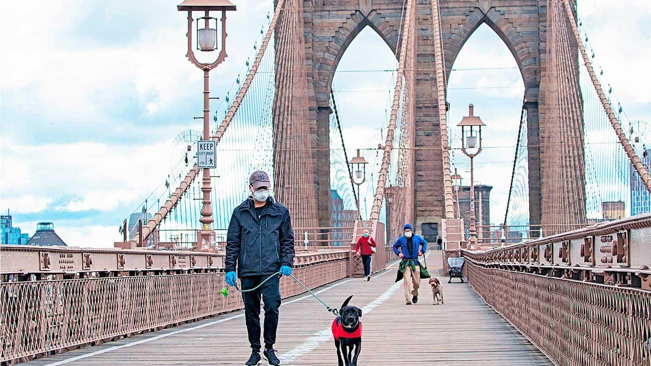 Postal de la gran manzana infectada. El Puente de Brooklyn estaba ayer semivacío y sin turistas. La ciudad es el epicentro del brote.