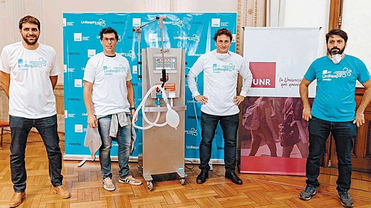 Equipo. Los responsables de Un Respiro, en la presentación del ventilador para emergencias.