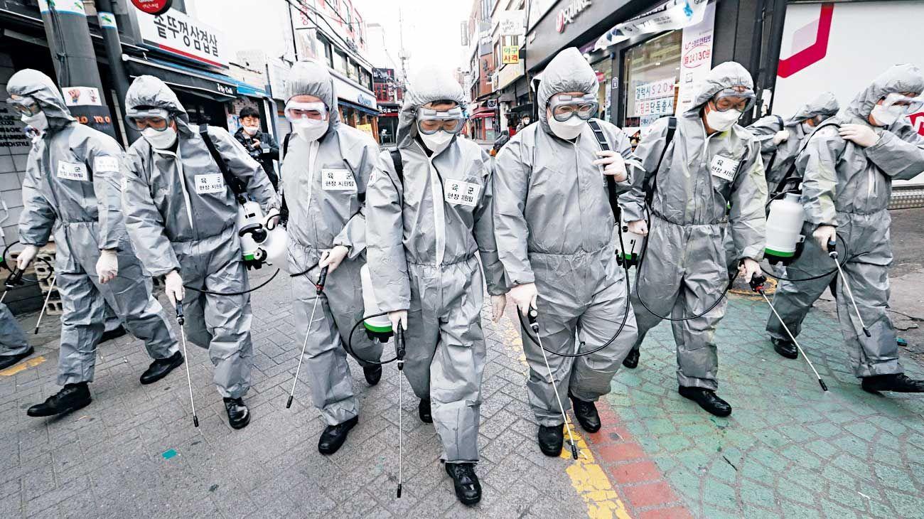 Como extraterrestres. El mundo vive un momento extraño, como nunca antes. Infección, miedo, paranoia atraviesan países impulsados por una peste que recuerda a tiempos medievales. Coreanos protegiendo las calles de Seúl.
